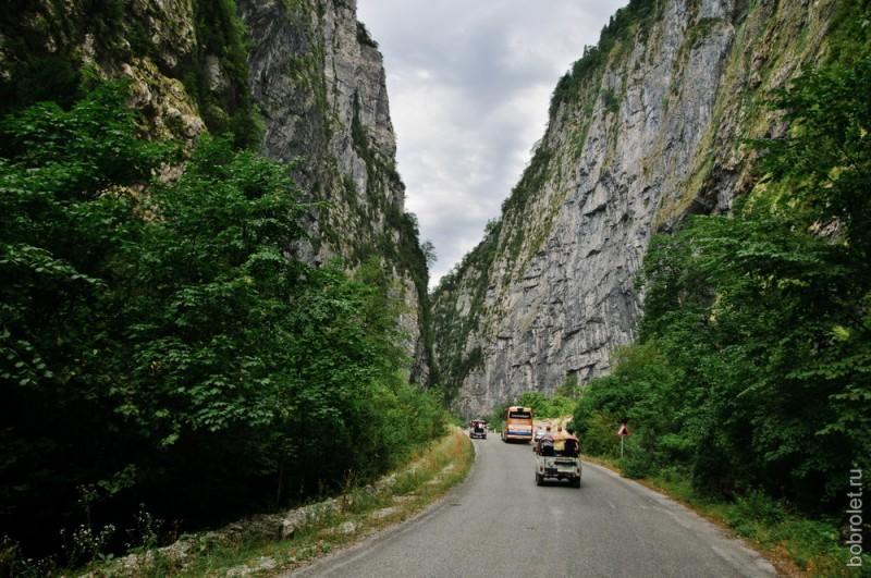 Дорога проходит среди гор, то и дело пересекаясь с рекой Бзыбь.