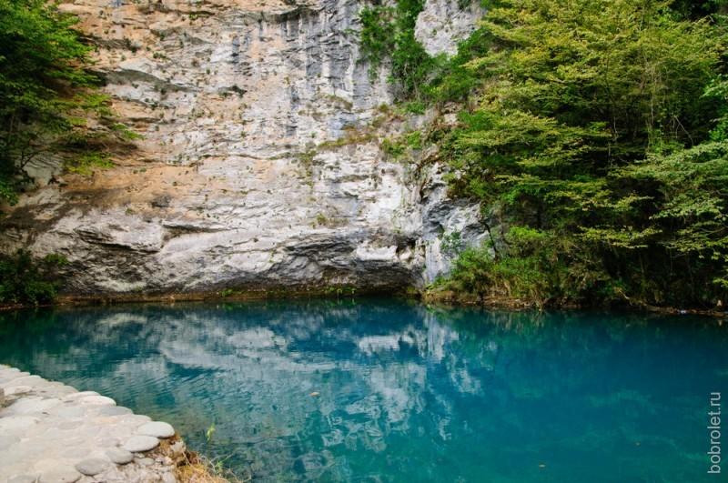 Голубое озеро находится на правом побережье реки Бзыбь.