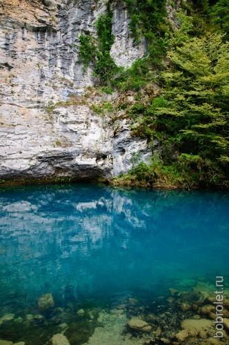 Вода в озере голубая и прозрачная, и просматривается на глубину до 13 метров.