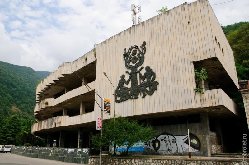 Разрушенный торговый центр советских времен.
