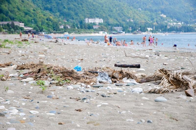 На пляжах довольно грязно. Посреди гальки местами зеленеют лужи.