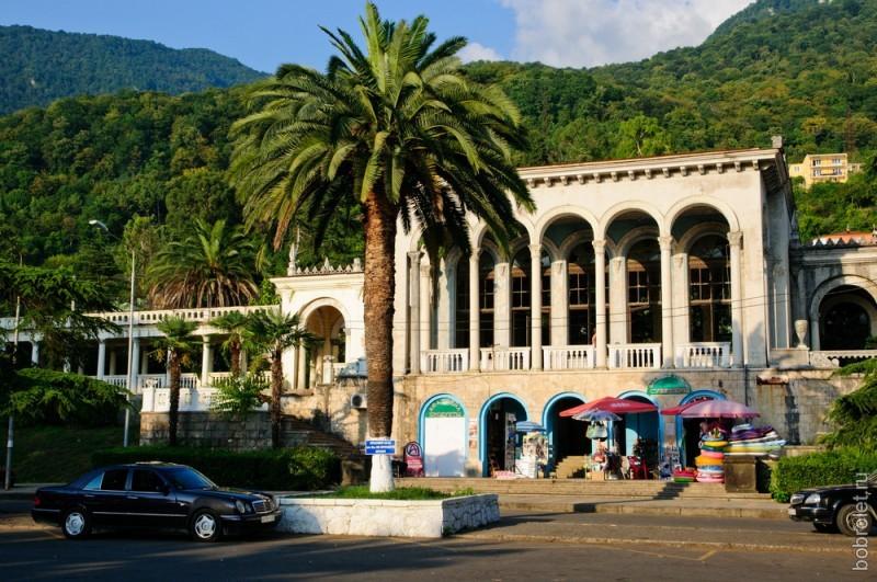 У красивого здания с колоннами развернулась торговля.