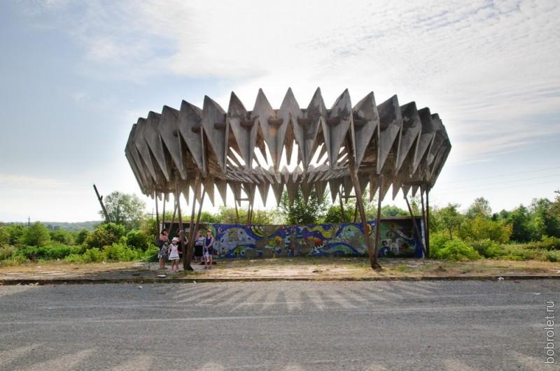 По дороге от Сухумского шоссе можно встретить несколько удивительных сюрреалистичных остановок.