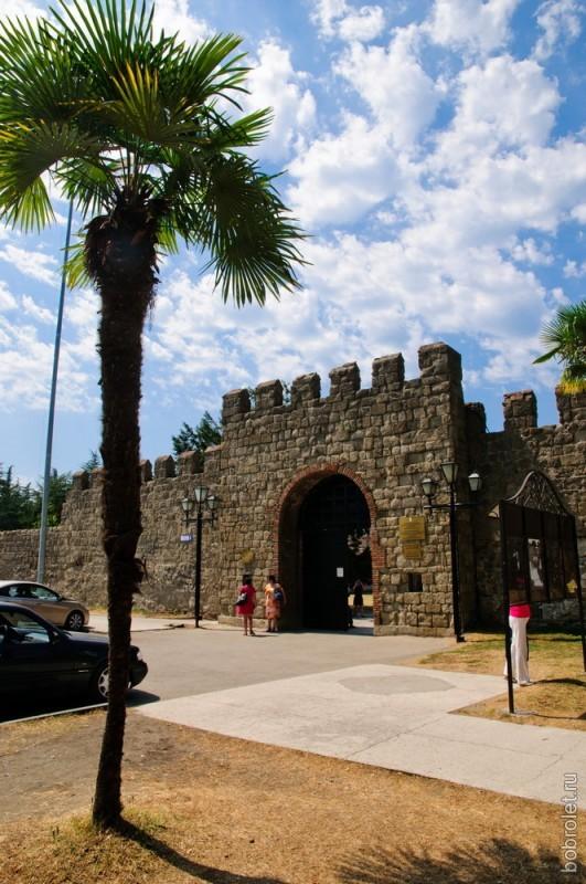 Парковка примыкает к воротам.