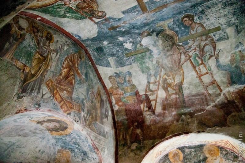 На стенах фрески XVI века.