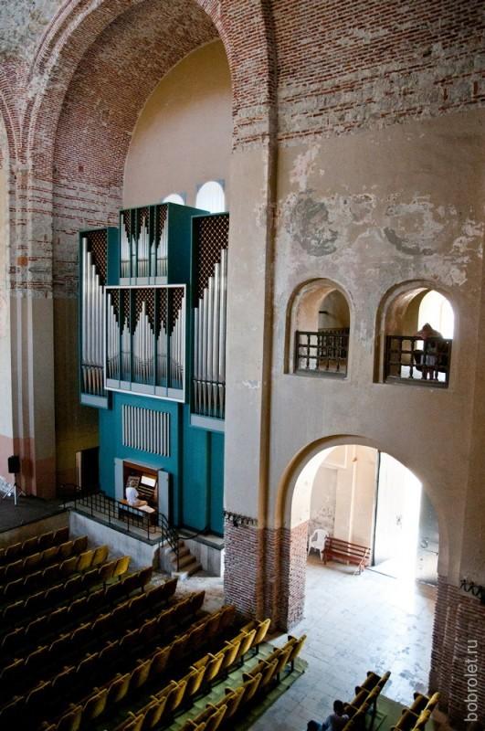 Музыкант репетирует игру на органе. Можно просто зайти и послушать. Вечером концерт будет платным.