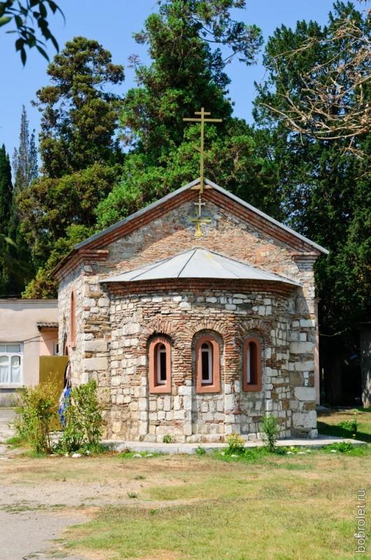 Небольшая церковь на территории крепости.