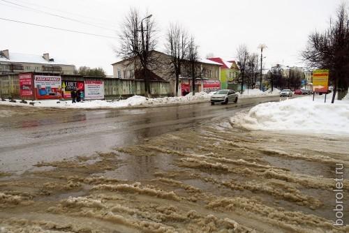 Переходить эти улицы не просто неприятно, но ещё и небезопасно - под снежной кашей разметки нет, можно угодить, как минимум, под грязевой душ из-под колёс проезжающих мимо машин. Одно успокаивает - машины по определению здесь не могут разогнаться даже до 30 километров без ущерба для самих себя.