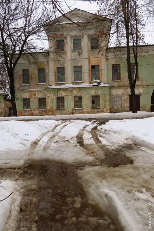 Ручьи на условных тротуарах Партизанской улицы.