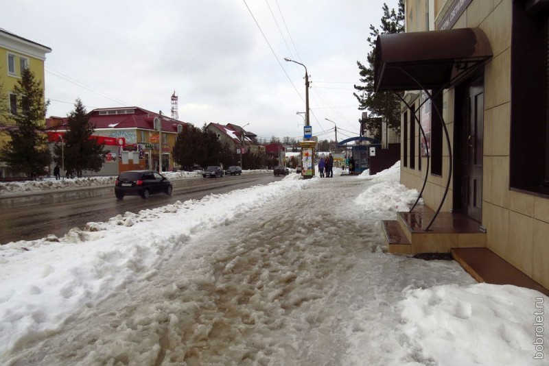 А вот и тротуары главной улицы Ржева. Мокрые, холодные и скользкие.