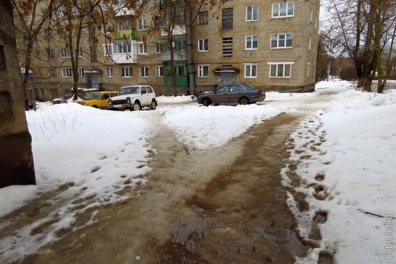 И здесь аутентичные дорожки к домам во дворе улицы Грацинского.