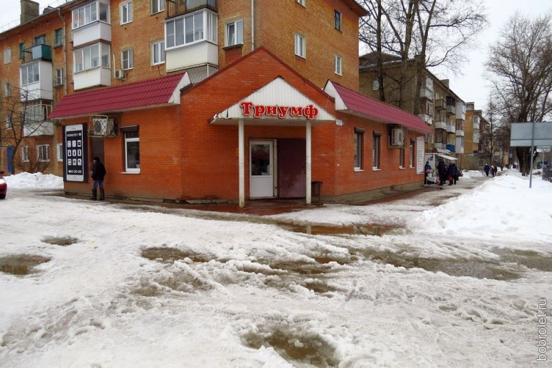 И вот мы на главной улице северной части Ржева - Ленинградском шоссе. Здесь тротуары получше - они широкие. И воды побольше.