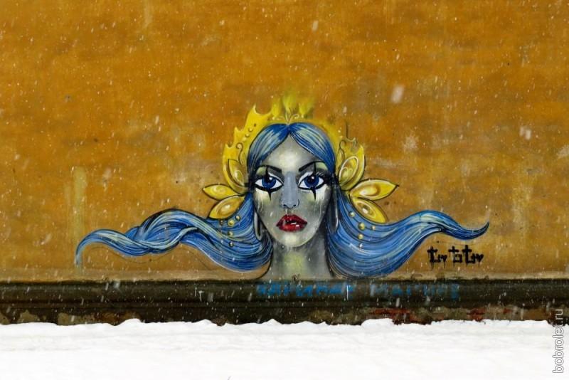 С одной из стен дома улицы Мира вас встретит вот такая ржевская красавица - Царевна Несмеяна.