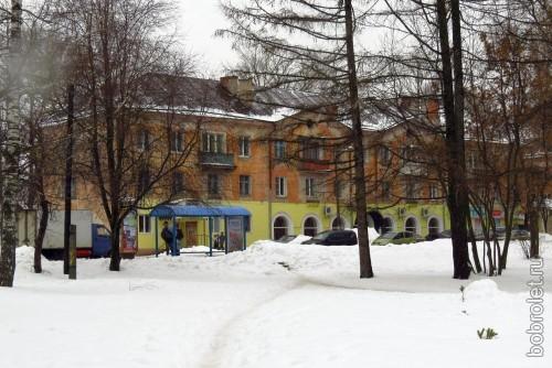 Такие домики составляют основную застройку улицы Мира, которая, завершаясь одноимённой площадью, переходит в Большую Спасскую.