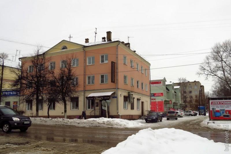 На Большой Спасской много интересных зданий разной степени сохранности и ухоженности.