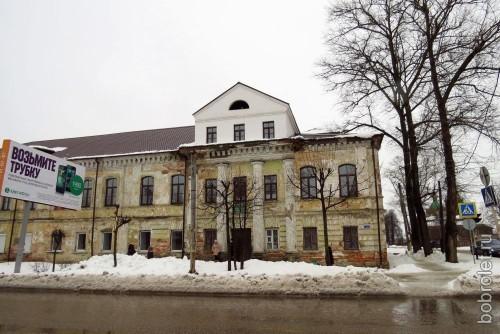 Но есть и такие, которые ждут своей очереди на штукатурку-покраску. Это здание бывшего Епархиального управления на пересечении Б. Спасской и ул. Калинина.