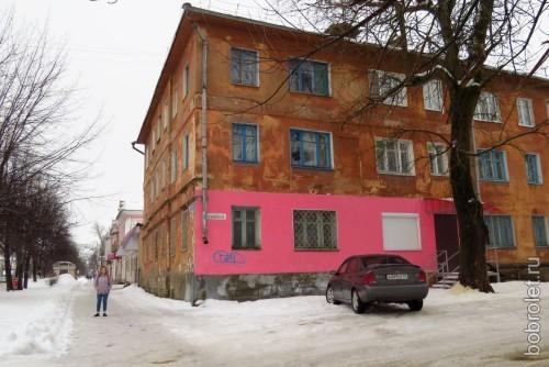 А есть такие дома, у которых покраски дождалась лишь одна его какая-нибудь часть...