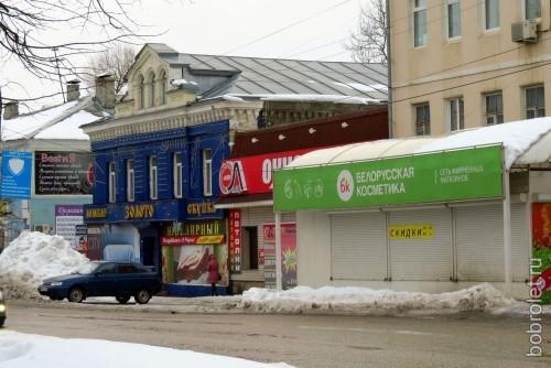 Вся улица (Б.Спасская) по своей архитектуре очень эклектична, местами даже чересчур. Поменьше бы сайдинга на стенах - было бы гораздо привлекательнее.