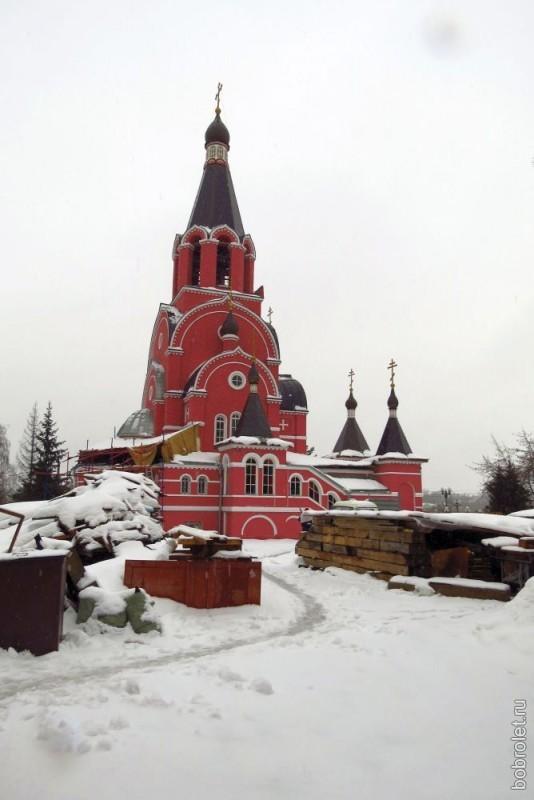 Пройдя по новому мосту через Волгу, оказываемся рядом с храмом Исповедников и Новомучеников Российских.