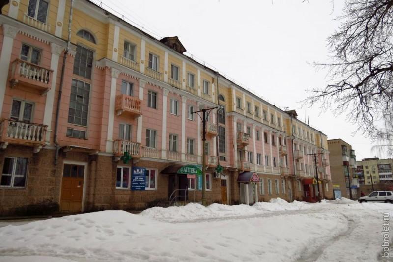 """По улице Ленина, застроенной, в основном, типовыми пятиэтажками-хрущёвками, добираемся до """"вылетной магистрали"""" - Ленинградского шоссе. Здесь есть два """"сталинских"""" дома, которые, будучи расположенными где-нибудь в Твери или Питере, остались бы незамеченными. Здесь же они создают атмосферу большого города."""