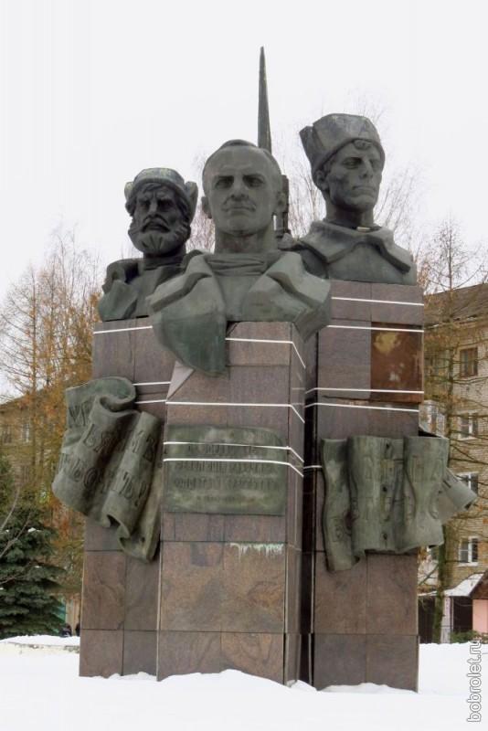 """""""Три головы"""". Тот самый памятник революционерам. Интересно, сами ржевитяне помнят фамилии этих голов?"""