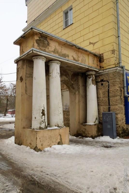Красивая, но, увы, неухоженная арка одного из сталинских домов.