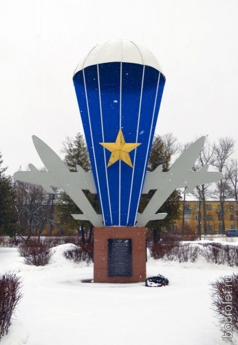 Посреди площади перед железнодорожным вокзалом Ржев-2 установлен памятник бойцам 204-й Воздушно-десантной бригады.