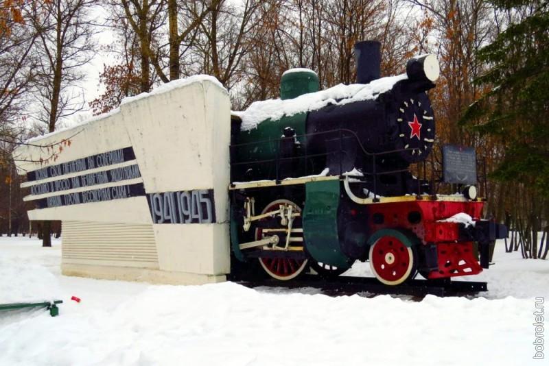 В память о мужестве ржевских железнодорожников, защищавших свой город во время Великой Отечественной войны, установлен этот Паровоз-памятник. Находится он неподалёку от ЖДВ, в сквере на улице Мира.