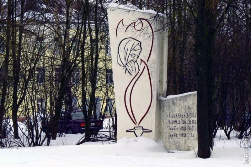 Здесь же, в сквере, память защитников города увековечена этой стелой. Ржев - город воинской славы, в нём мы ещё встретим памятники героям Великой Отечественной войны, а пока мы направляемся от сквера на улице Мира на Торопецкий тракт.