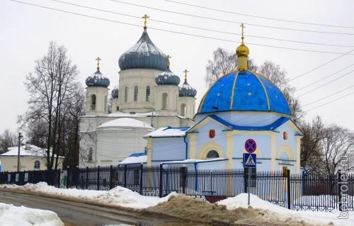 На пересечении Торопецкого тракта и улицы Гагарина возвышается величественный Вознесенский собор. Рядом с ним - Казанская часовня.