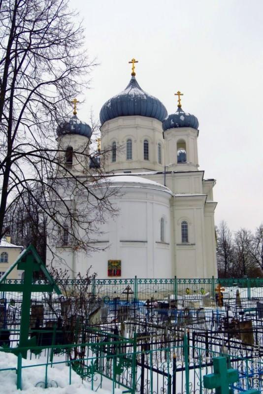 Рядом с Вознесенским собором находится Казанское кладбище.