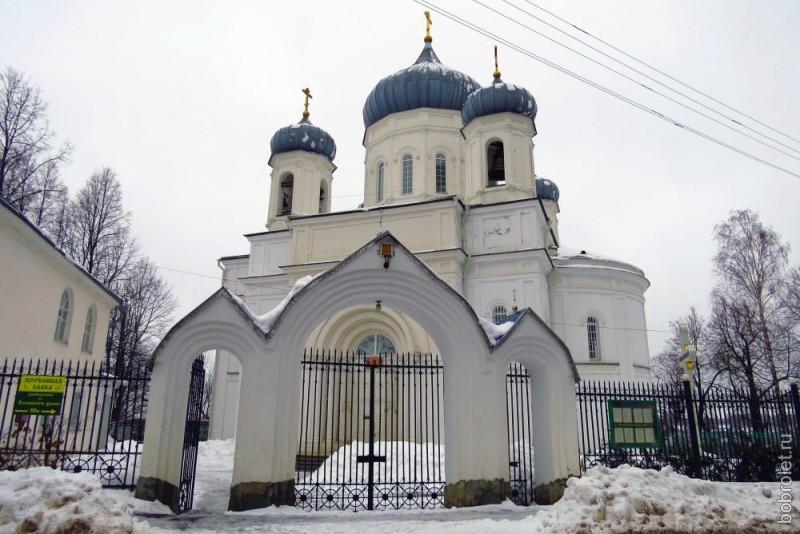 Посмотрите, какой красивый собор снаружи! Зайдите внутрь, там такая же красота и умиротворённость...