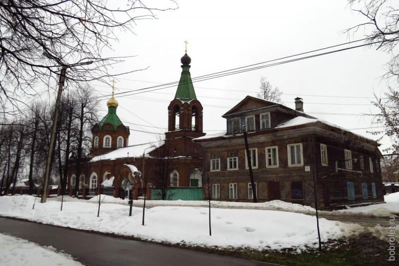 Чтобы добраться до этого храма, надо воспользоваться городским транспортом. Мы же перенесёмся на машине до улицы Калинина и сделаем здесь небольшую остановку. Покровская старообрядческая церковь. Во всех церковных двориках снег расчищен.