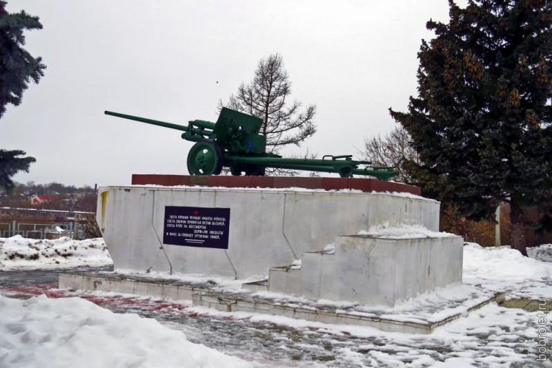 Памятник воинам-артиллеристам в начале аллеи. И, заметьте, никто на пушке не сидит.