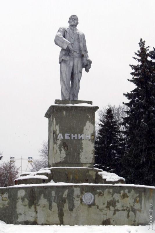 От сквера Грацинского до Советской площади, на которой за порядком наблюдает товарищ Ленин, всего несколько шагов. Летом, наверно, дойти туда ещё проще:)