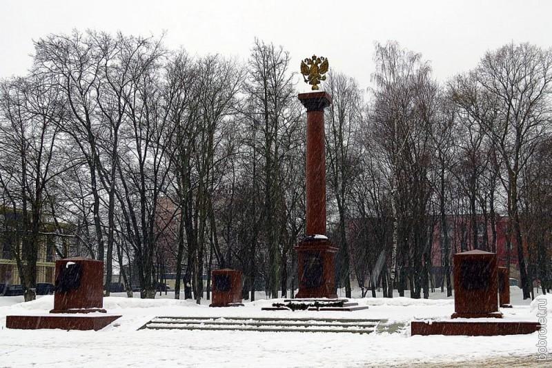 Относительно недавно установленный памятник в честь присвоения Ржеву звания Города воинской Славы. Здесь, на Советской площади, памятники этой прогулки заканчиваются.