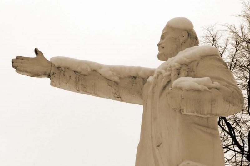 Юные ленинцы - это в Москве, а во Ржеве Лениных, как минимум, два. Этот Владимир Ильич обитает на безлюдной привокзальной площади ЖДВ Ржев-Белорусский. Он показывает нам, куда двигаться дальше - к конечному пункту нашей прогулки.