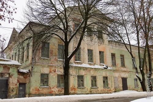 Парадный фасад усадьбы, выходящий на Партизанскую улицу.