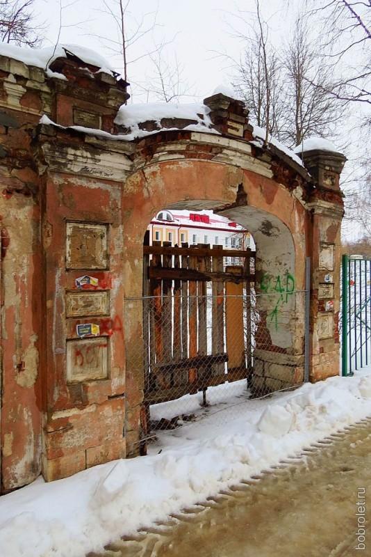 """Весь исторический центр Ржева """"украшен"""" подобными заколоченными наглухо воротами..."""