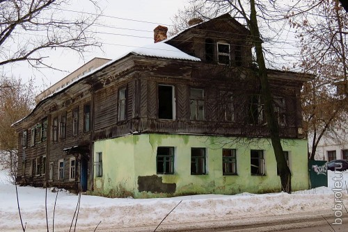 ...и отсюда - тоже. И в этом доме забвение и разрушение. А ведь это одна из центральных улиц - Грацинского.
