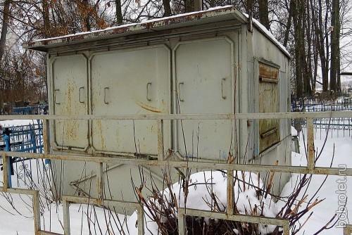 Унылый заброшенный кладбищенский киоск как будто сам похоронен за оградой...