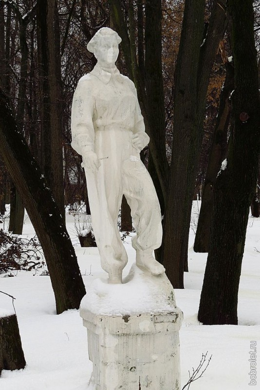 ...только стоит печально на своем постаменте блёклый цементный юноша из нашего советского прошлого...