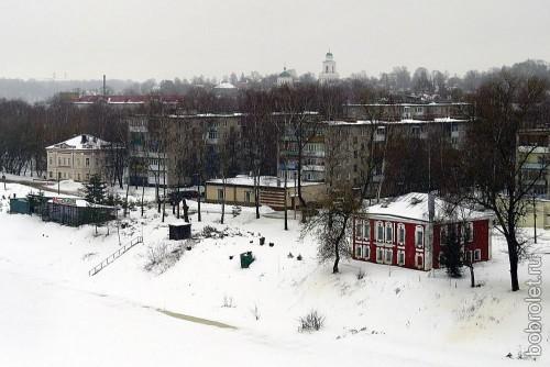 Маленькое красное здание, затерявшееся среди серых пятиэтажек на противоположном берегу - Ржевский краеведческий музей.