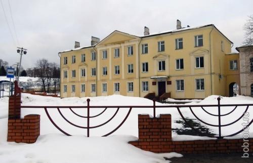 Это похоже на центральную площадь города (после Советской и площади Революции), здание занимает медицинское учреждение.