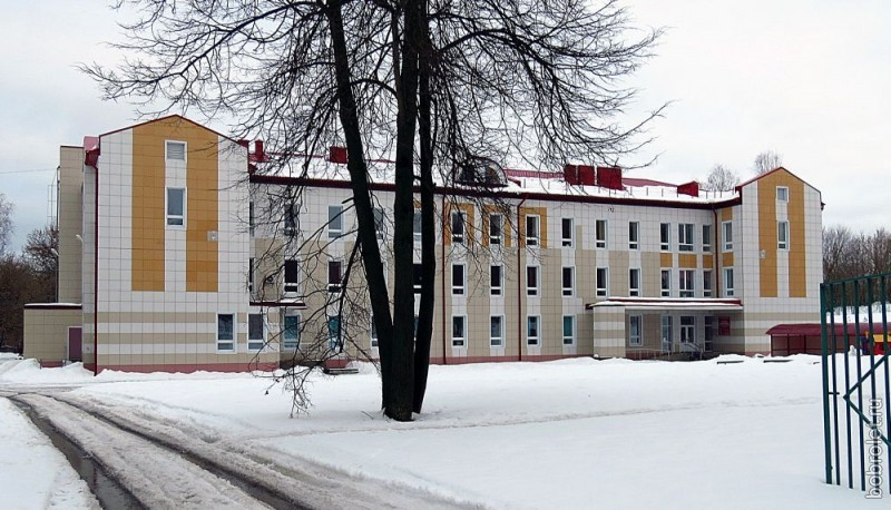 Недавно открытая новая детская поликлиника неподалёку, на Октябрьской улице.