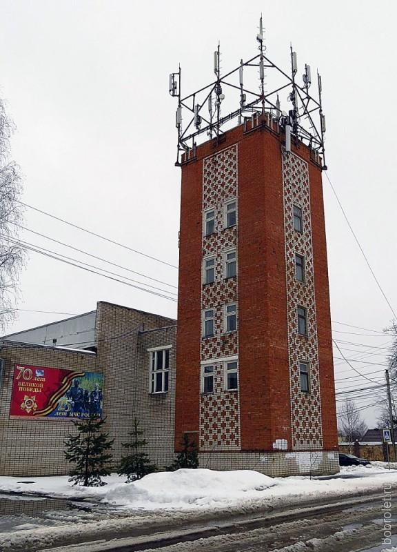 Есть во Ржеве и своя Башня - на пересечении улиц Калинина и Октябрьской. Здесь находится отделение МЧС.