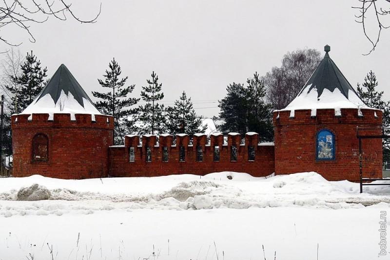 Кусочек кремлёвской стены с двумя сторожевыми башенками, о происхождении и предназначении которых мне ничего неизвестно. Может, кто подскажет, что это? Находится это архитектурное чудо на Торопецком тракте, рядом с Казанским кладбищем.