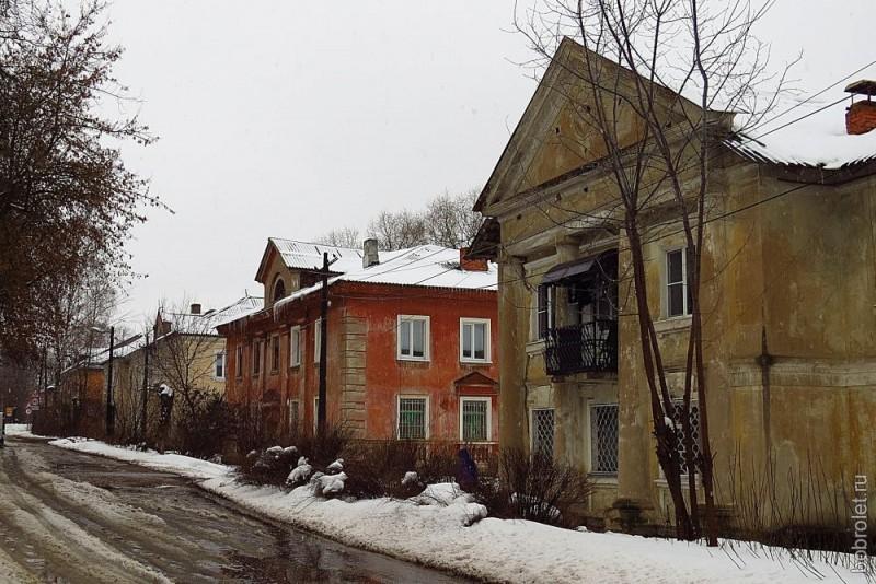 ... ряд сохранившихся домов на Партизанской улице...