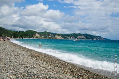 Пляжи в поселке галечные и чистые.