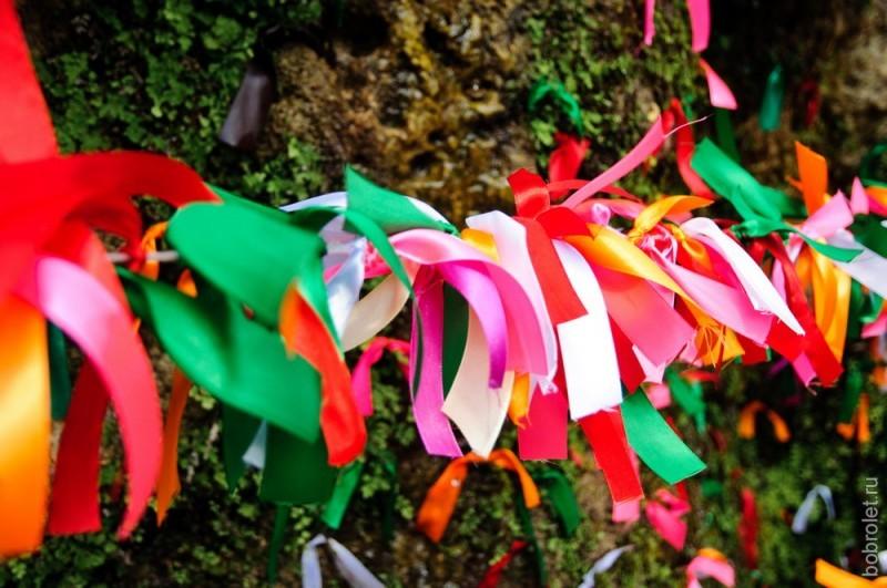 На веточки у водопада принято вешать цветные ленточки, которые вам здесь же и продадут: 5 штук за 100 рублей.